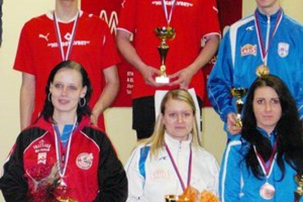 Medailisti. Šampiónka medzi juniorkami M. Beňová je na snímke dole uprostred, bronzový oddielový kolega R. Varga vpravo hore.