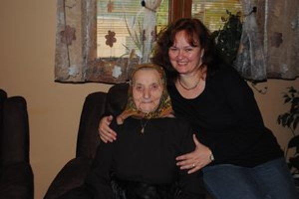 Margita Malajterová (na snímke s vnučkou). Včera oslávila 100 rokov.