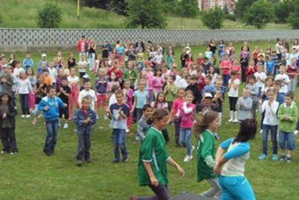 Zumba v ZŠ Šrobárova. Zapojilo sa 900 detí aj učiteľov.