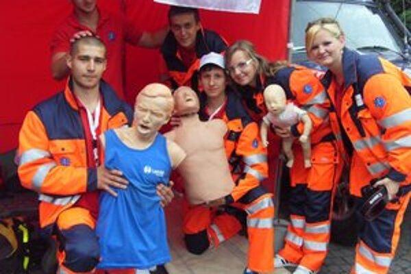 Študenti z FZO. Na figurínach ukazovali, ako správne oživovať pacientov aj deti.