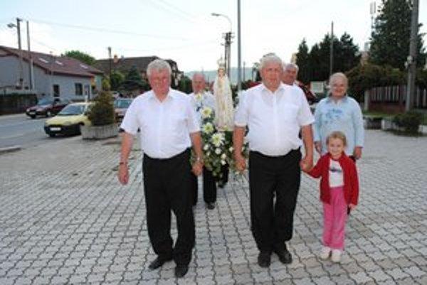Veriaci a socha Panny Márie. Cez víkend ju priviezli do Kapušian.