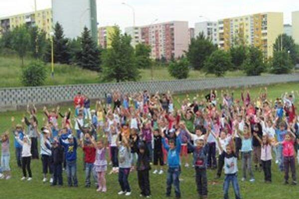Deti zo ZŠ Šrobárova. V ten deň cvičilo okolo 900 detí a učiteľov