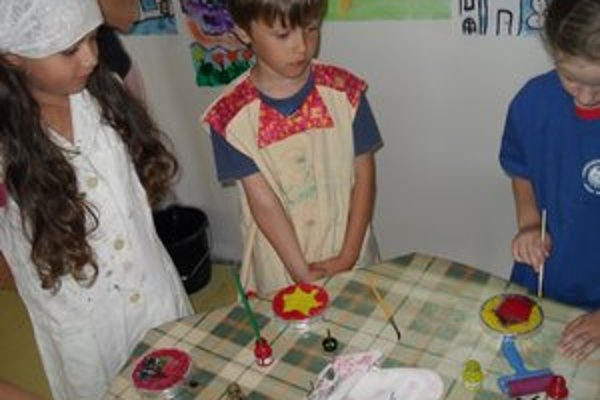Príprava. Deti nachystali výtvarné práce.