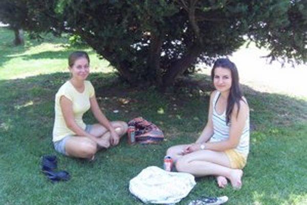 M. Hicová a Z. Gajovská. V mestskom  parku hľadali osvieženie.