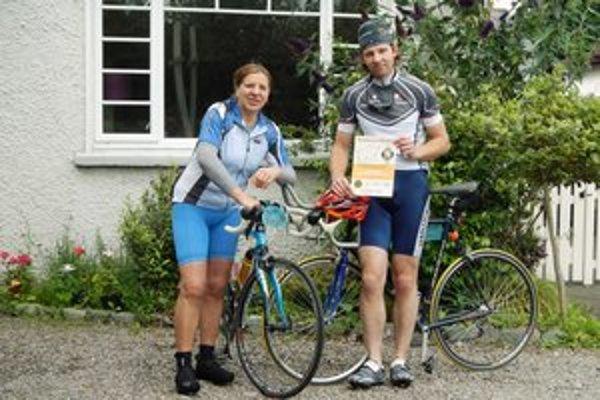 Janka Sobekova so synom Petrom Hudákom. Pred charitatívnymi cyklistickými pretekmi v Írsku.