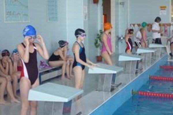 Plavci. Športové kluby pravidelne organizujú preteky.