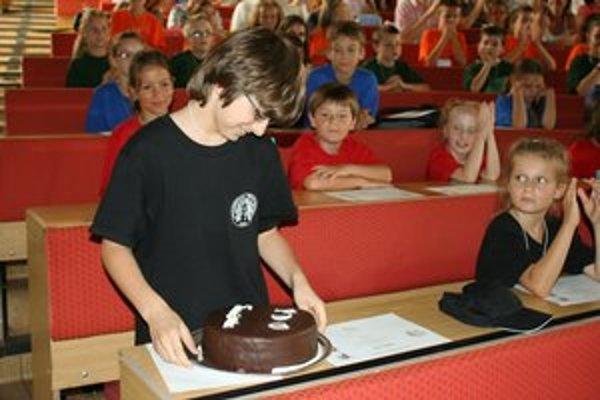 Bakalárček Tomáš Čorej za najlepšiu prácu dostal diplom aj tortu.
