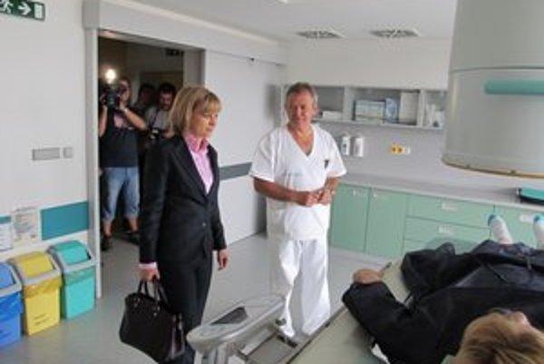 Na klinike urológie. Ministerka sa zaujímala o diagnostiku aj operačné metódy.