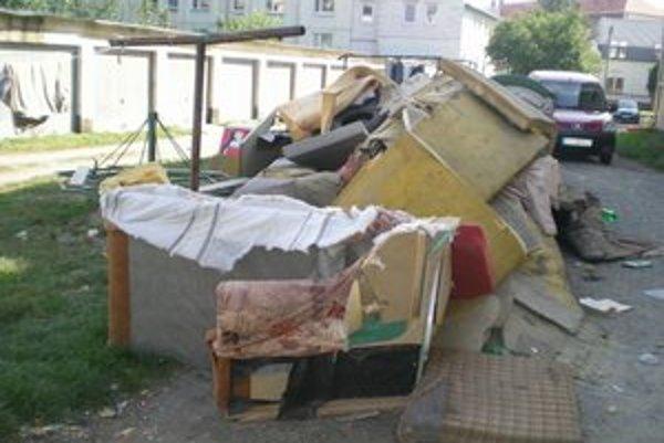 Tarasa Ševčenka. Pri bytových domoch sa povaľuje aj nábytok.