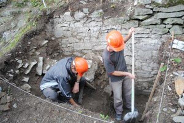 Archeologický výskum na Kapušianskom hrade. Archeológ Michal Keruľ v týchto dňoch pracuje na objavovaní klenby.