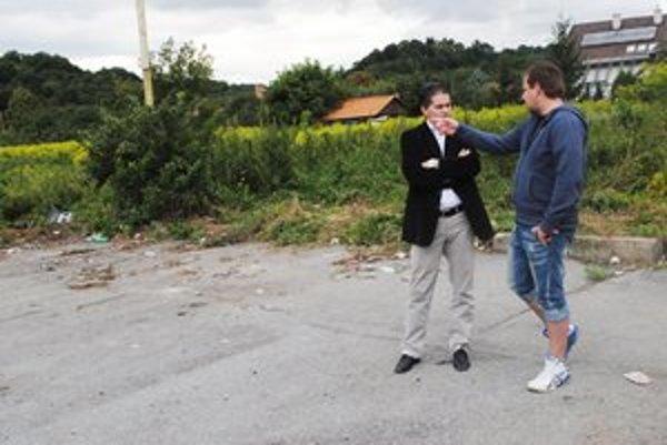 Na obhliadke. M. Šosták (vpravo) a M. Benko na mieste, kde bola divoká skládka.