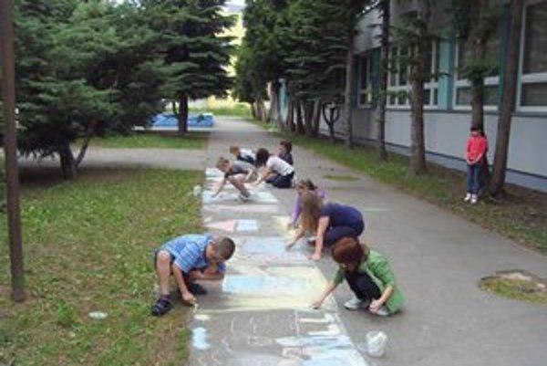 Deti v škole na Šmeralovej. Prázdniny sa končia, škola sa začína.