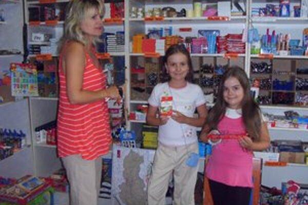 Rodina Heleny Mikolajovej. Väčšinu pomôcok už s dcérami nakúpila.