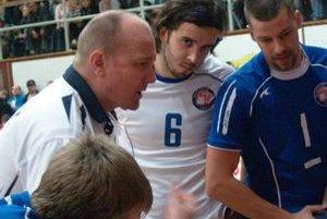 Tréner. Jaroslav Vlk (druhý zľava) už chystá tím na súboje o bronz.