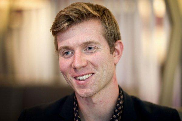 Leoš Novotný (29) počas štúdia pracoval v spoločnosti Hamé, po absolvovaní University of Warwick v Británii  robil v investičnom bankovníctve.  V roku 2010 založil LEO Express, jeho vlaky jazdia od roku 2012 na trasách Praha – Ostrava - Bohumín a