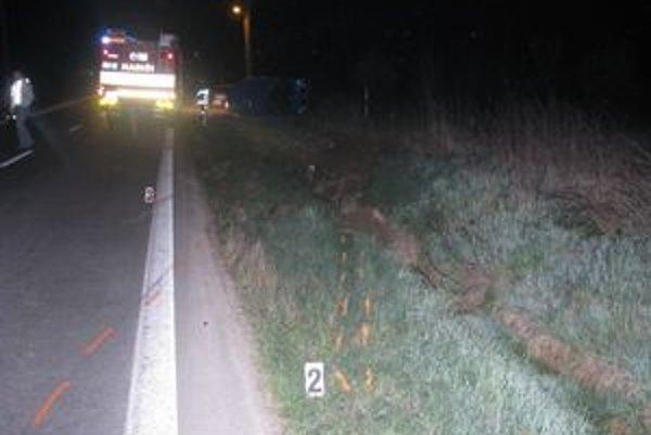 Miesto nehody. Mladý vodič pri nej utrpel smrteľné zranenia.