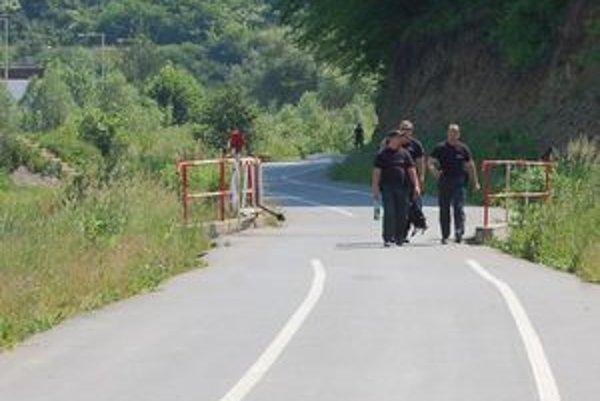Otvorená rampa. Policajti zo streľby prichádzali po cyklochodníku peši. Do áut nastupovali na začiatku cyklotrasy.