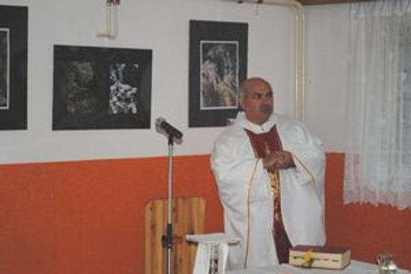 Kňaz F. Kačo slúži omšu v Kopytovskej doline.
