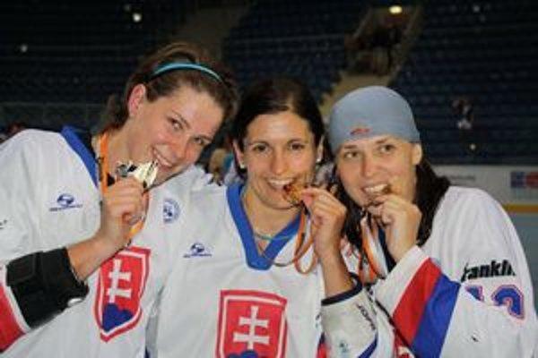 Zlaté devy. Zľava Z. Kolcunová, Ed. Raková a Ma. Stašová s najcennejšími kovmi zo svetového šampionátu.