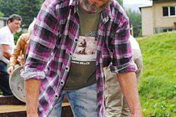 Zlatokop J. Osavčuk sa ryžovania zlata zúčastňuje pravidelne.