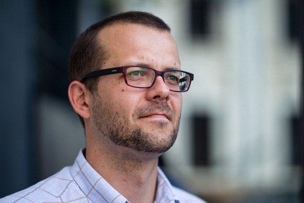 Tomáš Pergler bol  deväť rokov spravodajcom agentúry ČTK zo Slovenska, bol aj jej šéfom. Z Bratislavy šiel v roku 2008 pracovať do Česka do PR agentúry, potom sa vrátil do médií. Do piatka pracoval pre český časopis Euro.