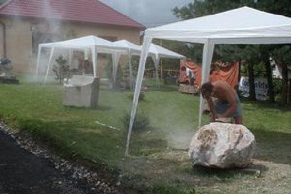 Mladí sochári drevu, kovu aj kameňu vdychujú dušu.