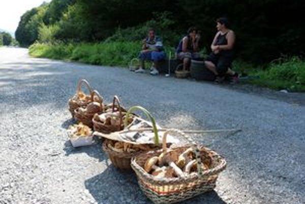 Cesty lemované košíkmi. Predaj čerstvých hríbov rovno z lesa je pravidelný najmä pri hlavných cestných ťahoch.