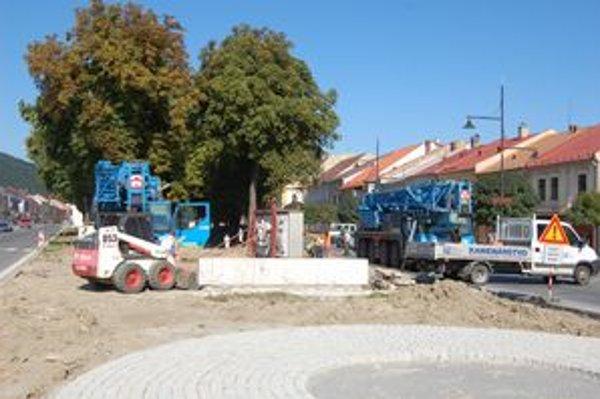 Nové miesto. Odteraz bude stáť pozdĺž hlavnej cesty a bude súčasťou novovybudovanej historickej uličky.