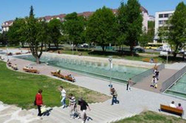 Promenádny park s dominantnou fontánou. Zrekonštruovaný park sa stal obľúbeným miestom pre oddych, jeho návštevníkom chýbajú verejné toalety.