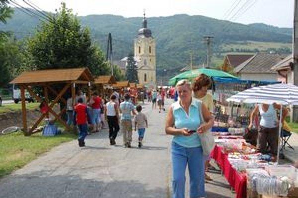 Jarmok v Pečovskej Novej Vsi. Každoročne priláka takmer celú dedinu.