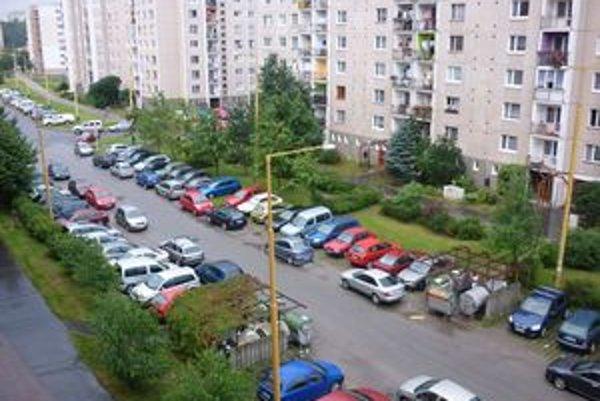 Zaparkované autá. Na Sekčove sa parkuje ťažko.