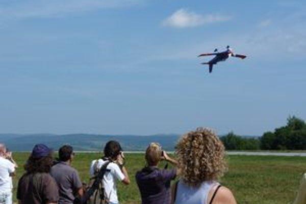 Vzrušujúci Letecký deň vo Svidníku. O zábavu sa postarali akrobatické lety.