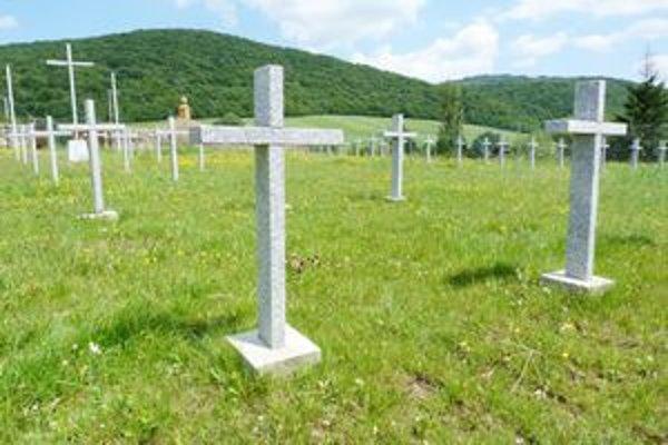 Vojenský cintorín z I. svetovej vojny v Cernine. Obci sa podarilo na rekonštrukciu pohrebiska získať bezmála 24–tisíc eur. V júli bol cintorín posvätený.