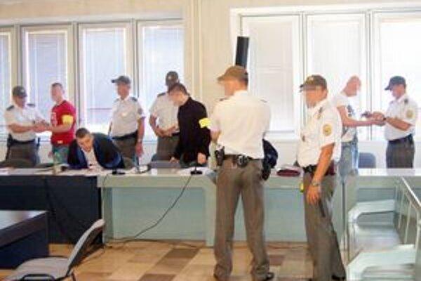 Obžalovaní mali vydierať muža z Lipian, obvinenia odmietajú.