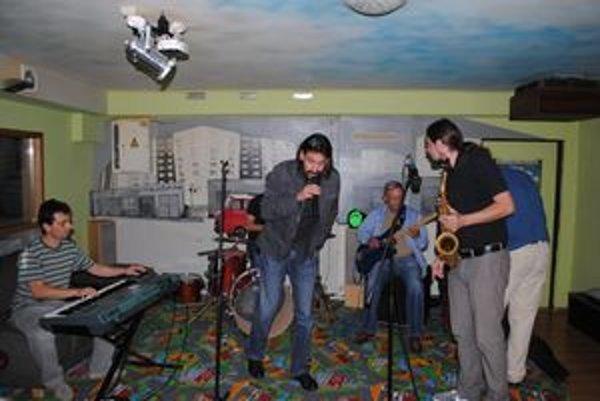 Zriedkavé hudobné spojenie. Miro Tásler mladší (za klávesami) a starší (s basgitarou).