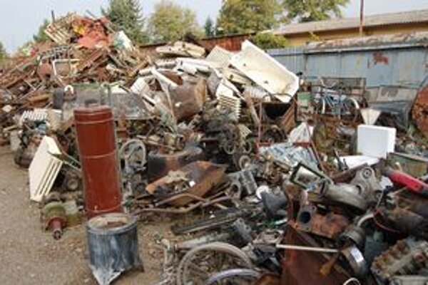 Zberňa.  Výkupca odoberá aj zašpinené stroje od olejov a iných motorových kvapalín. Tie vsiakajú do zeme.