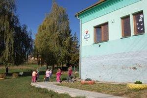Škola v Červenej Vode. Jej zamestnanci mali finančne vypomôcť obci.