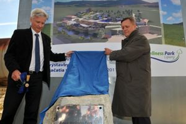 Primátor mesta Lipany Eduárd Vokál (vľavo) a konateľ spoločnosti Pharmacy plus spol.r.o , ktorá je investorom projektu, Karol Schneider slávnostne odhalili a poklepali základný kameň budúceho Aqua Wellness Parku v Lipanoch.