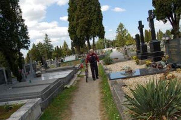 Cintorín. Ústavný súd rozhodol, že pozemky pod ním patria Jarkovskému.