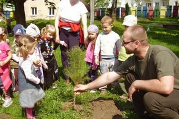 Deti z MŠ sa naučili sadiť stromy aj ich chrániť.