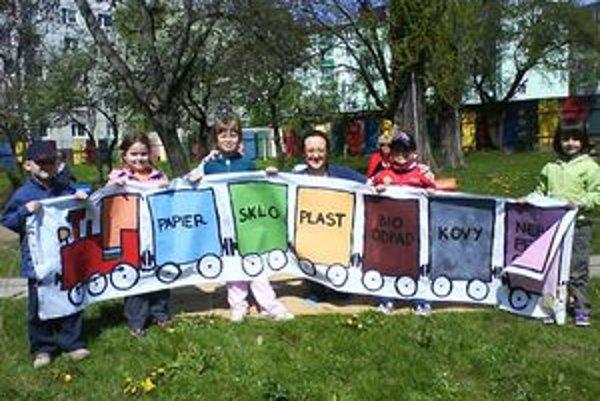 Deti z MŠ na Budovateľskej ulici vytvorili aj vláčik separáčik.