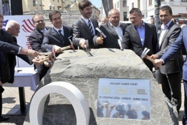 V Žiline poklopkaním základného kameňa odštartovali výstavbu dvoch diaľničných úsekov.