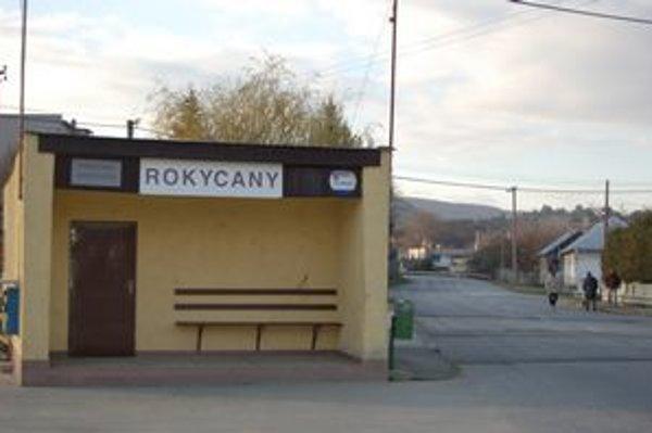 Knižnica i Fitnes. Nachádzajú sa v autobusovej zastávke.