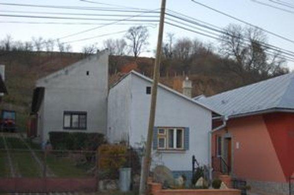 Seknutý dom. Takéto domy sa v minulosti stavali častejšie.