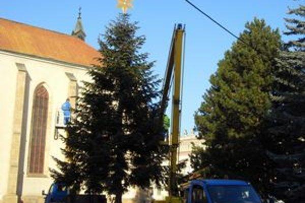 Vianočný strom už ozdobujú, rozsvieti sa až na Mikuláša.