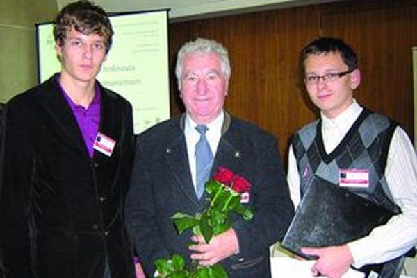 Ocenení študenti s bývalým politickým väzňom A. Srholcom počas konferencie 3. ročníka projektu Nenápadní hrdinovia v zápase s komunizmom.