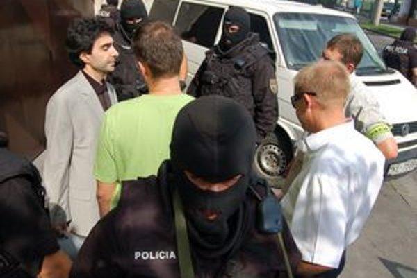 Zadržiavanie Ašota. Po uplynutí vyšetrovacej väzby na neho čakali policajti pred väznicou. Napokon sa na slobodu aj tak dostal.