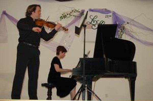 Klaviristka a huslista. Spolu hrajú pol roka.