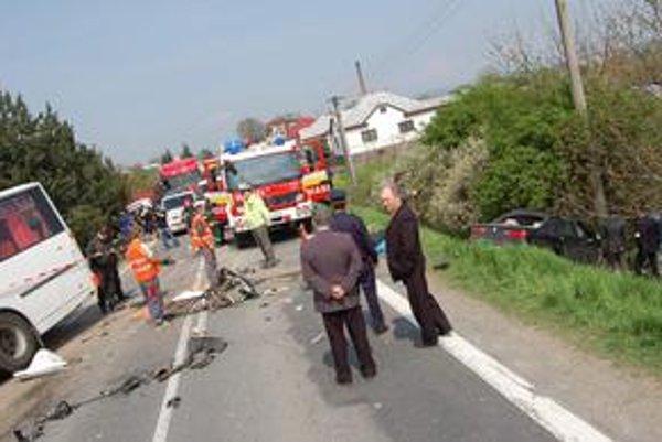 Tragická nehoda. Zomrel vodič a dieťa, prežila iba 24-ročná žena.