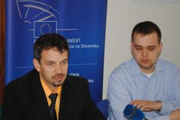 Deň Európy. Informujú R. Hajšel (vľavo) a P. Zsapka.